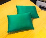 Almohadas coloridas en cama del hotel fotografía de archivo