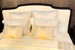 Almohadas coloridas en cama del hotel imagen de archivo libre de regalías