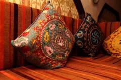 Almohadas coloridas en el sofá Fotografía de archivo