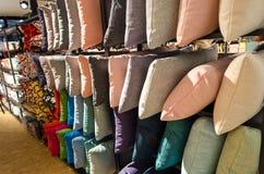 Almohadas coloridas en estante Fotografía de archivo libre de regalías