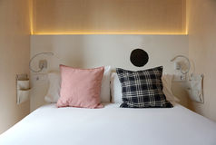 Almohadas de la tela escocesa en la cama blanca Fotografía de archivo