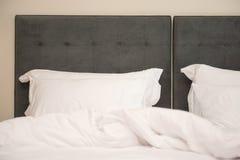 Almohadas en la cama en dormitorio Foto de archivo libre de regalías