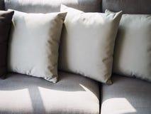 Almohadas en la decoración interior del sitio del sofá Imagenes de archivo