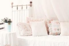 Almohadas en las almohadas suaves cómodas de una cama en el  Fotografía de archivo libre de regalías