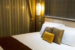 Almohadas en una cama en un hotel Imagenes de archivo