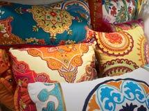 Almohadas indias bordadas coloridas Foto de archivo