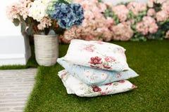 Almohadas modeladas decorativas en la hierba imagenes de archivo