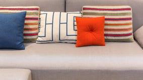 Almohadas y amortiguador coloridos imagen de archivo