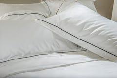 Almohadas y cama blanca en el dormitorio blanco Ropa de cama Imagen de archivo