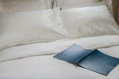 Almohadas y cama blanca en el dormitorio blanco Ropa de cama imagenes de archivo
