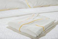 Almohadas y cama blanca en el dormitorio blanco Ropa de cama foto de archivo
