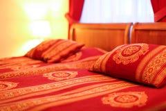 Almohadas y cama matrimonial en interior del hotel moderno Foto de archivo libre de regalías
