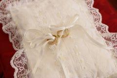 Almohadilla con los anillos de bodas Imagenes de archivo