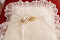 Almohadilla con los anillos de bodas Foto de archivo libre de regalías