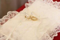 Almohadilla con los anillos de bodas Fotos de archivo libres de regalías