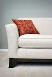 Almohadilla roja en un sofá Imagenes de archivo