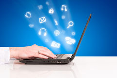 Almohadilla táctil de la mano del hombre de negocios del ordenador portátil, conexión del social de la tecnología Imagen de archivo libre de regalías