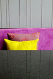 Almohadillas decorativas en un sofá Foto de archivo libre de regalías