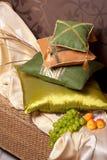 Almohadillas en al este interior con las frutas Fotos de archivo libres de regalías