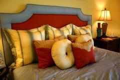 Almohadillas en cama fotos de archivo