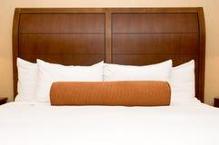 Almohadillas en cama del hotel Fotografía de archivo libre de regalías