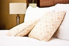 Almohadillas en dormitorio del hotel Fotos de archivo