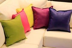 Almohadillas en el sofá Fotos de archivo libres de regalías