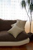 Almohadillas en un sofá Foto de archivo