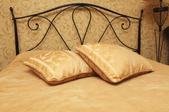 Almohadillas en una cama Imagenes de archivo