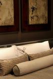 Almohadillas en una cama Imágenes de archivo libres de regalías