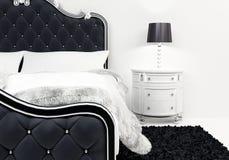 Almohadillas y cubierta en la cama lujosa ilustración del vector