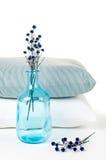Almohadillas y una botella azul de la vendimia Foto de archivo libre de regalías