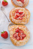 Almond cakes with vanilla and strawberries Stock Photography