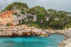 ` Almonia di Cala s sulla costa di Migjorn, Santanyi, Mallorca, Spai Fotografie Stock Libere da Diritti