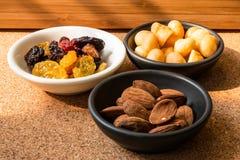 Almons macademia och russin i maträtten Royaltyfria Bilder