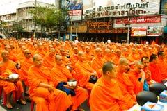Alms em massa que dão em Banguecoque imagens de stock royalty free