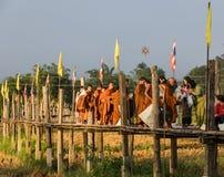 Almsgiving buddista di mattina in Tailandia Fotografia Stock Libera da Diritti