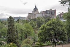 Almudena大教堂的鸟瞰图在马德里 免版税库存图片
