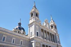 Almudena Cathedral är den katolska domkyrkan i Madrid, Spanien Arkivfoto
