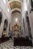 Almudena Cathedral con i turisti Madrid, Spagna Fotografia Stock