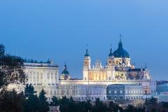 Almudena Cathedral e Royal Palace a Madrid, Spagna Fotografie Stock Libere da Diritti