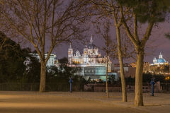 Almudena Cathedral e Royal Palace a Madrid, Spagna Fotografia Stock