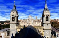 Almudena Cathedral e Royal Palace Madrid Spagna fotografie stock libere da diritti