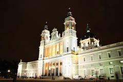 Almudena Cathedral a Madrid, Spagna alla notte Fotografie Stock Libere da Diritti