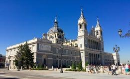 Almudena Cathedral a Madrid, Spagna, prospettiva dell'entrata principale Immagini Stock Libere da Diritti