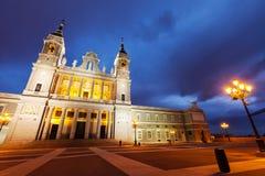 Almudena domkyrka på Madrid i skymning Royaltyfri Fotografi