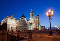 Almudena domkyrka på Madrid i natt. Spanien Fotografering för Bildbyråer