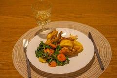 Almuerce con el pollo, cebollas, zanahorias, espinaca Foto de archivo