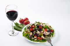 Almuerce con la ensalada de las verduras frescas con la carne del pollo y el vino seco rojo Fotografía de archivo libre de regalías