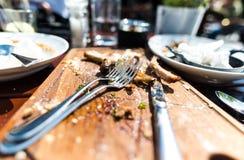 Almuerzo acabado de la chuleta de cerdo con los cubiertos Foto de archivo